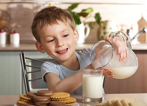 Мальчик и молоко
