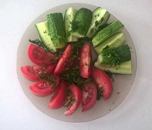 Овощная нарезка помидор и огурец