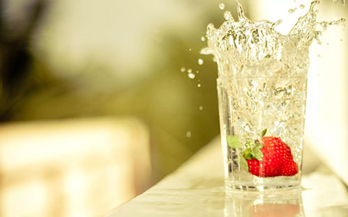 Клубника в стакане с водой