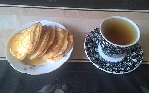 Оладь и чашка чая