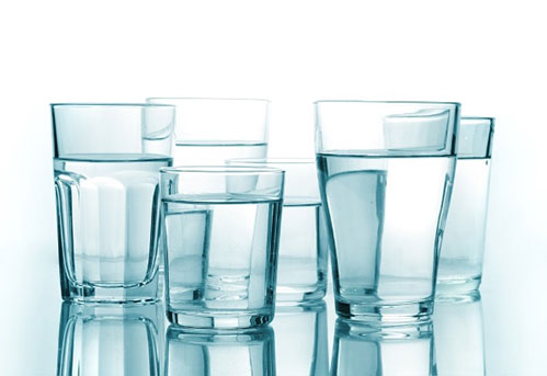 6 стаканов с водой