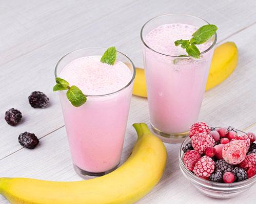 Коктейль молоко банан клубника