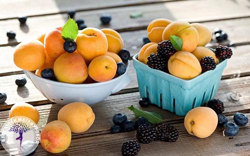 Персики и ягоды