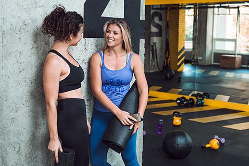 Две женщины в спортзале
