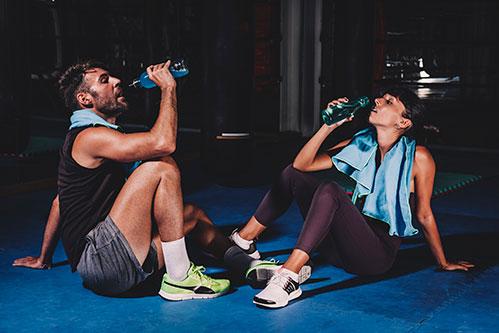 Пара пьет воду