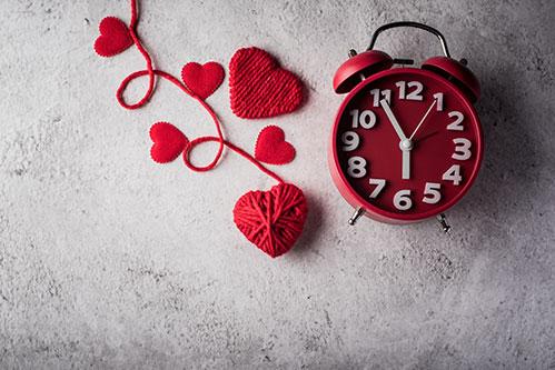 Красный будильник и сердце