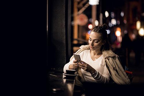 Девушка с телефоном ночью