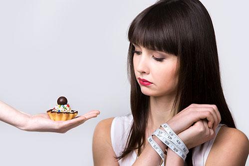 Девушка и пирожное