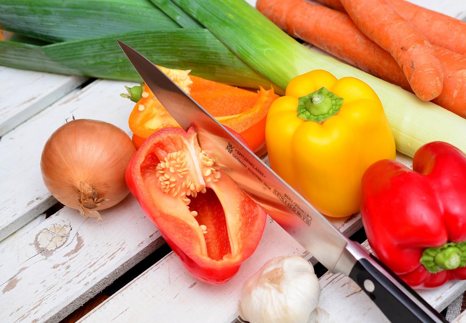 Перцы лук и нож