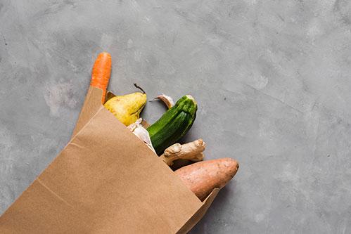 Бумажный пакет с овощами