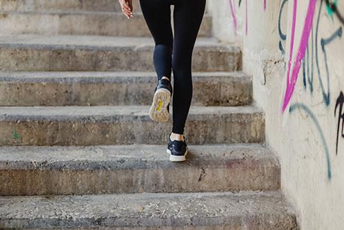 Женщина идет по лестнице