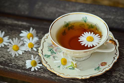 Фарфоровая чашка ромашкового чая