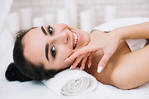 Девушка после массажа лица