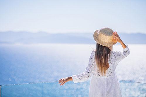 Девушка в шляпе и море