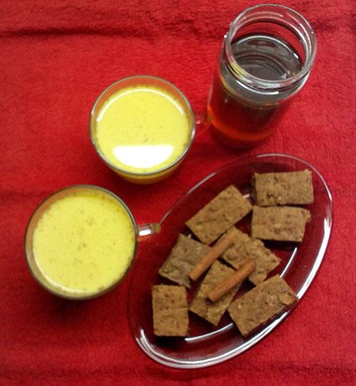 Золотое молоко с хлебцами