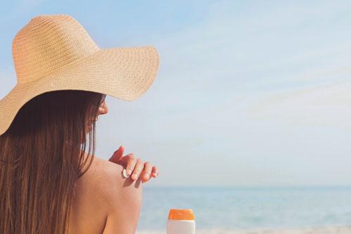 Девушка и солнцезащитный крем