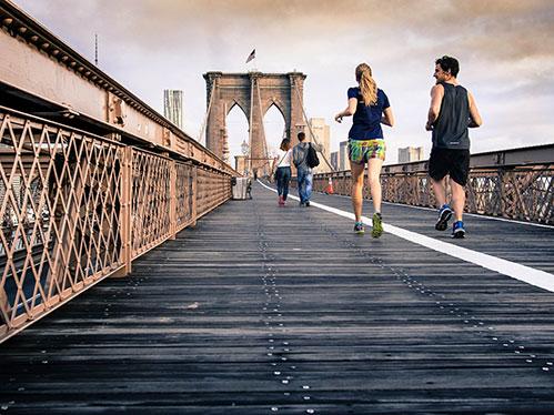 Люди бегут через мост