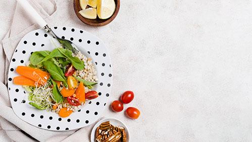 Блюда с проростками фасоли и помидорки