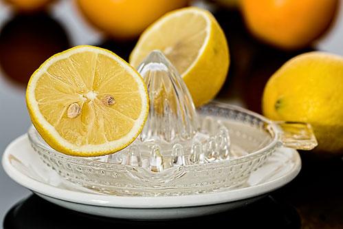 Отжимаем лимон