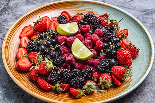 Разные вкусные ягоды на тарелке