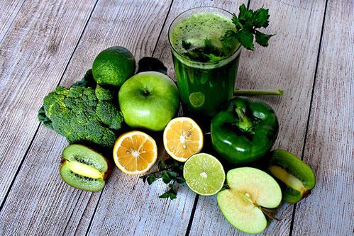 Зеленое смузи и овощи для очищения