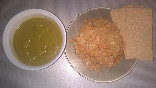 Зелёный суп тушеная квашёная капуста и хлебцы